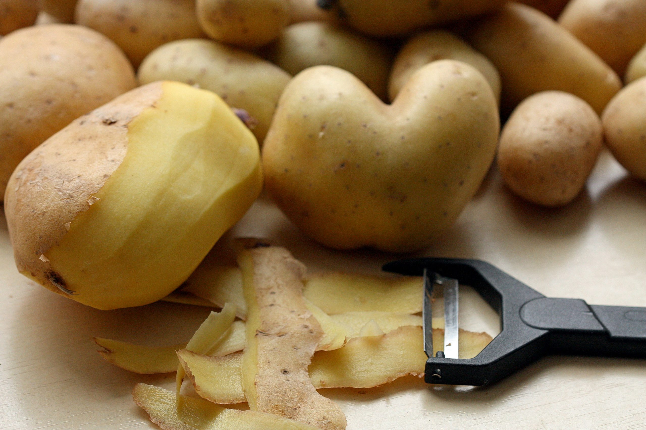 Make peeling the vegetables quicker and easier with an Electric Potato Peeler. Quickly prepare and peel your veg with these quick and easy to use peelers.