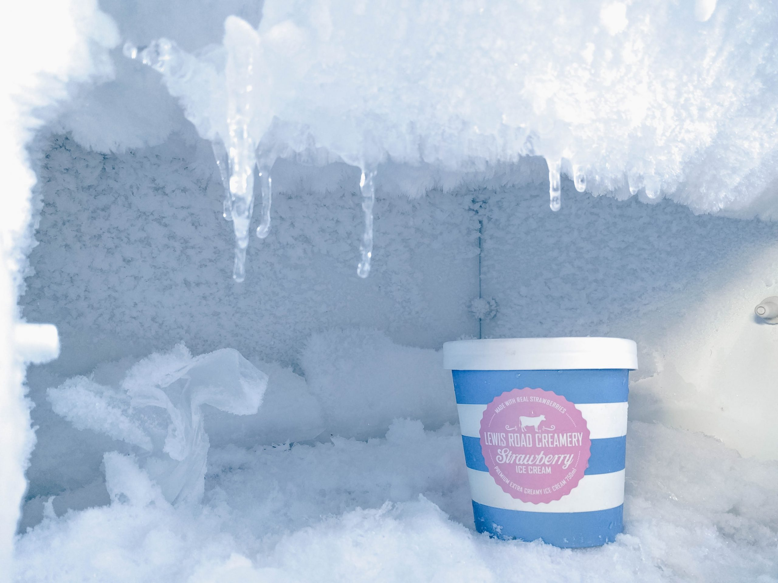 In this article we are going to take a look at how to defrost your freezer quickly, something that you should do at least once a year, or when layers of ice more than a quarter of an inch thick appear on the walls.